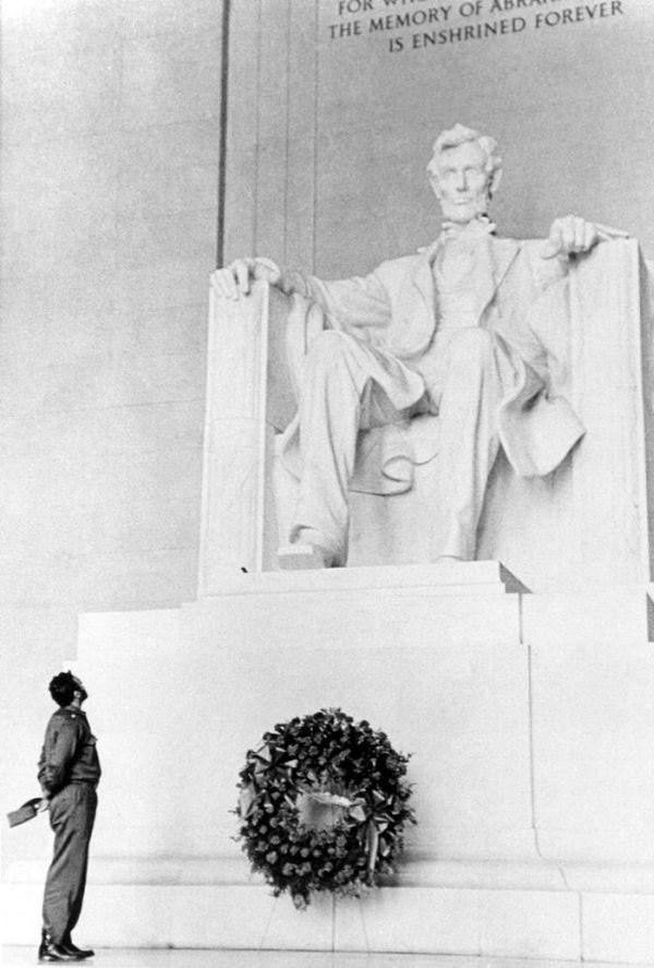 23. Fidel Castro lays a wreath at the Lincoln Memorial