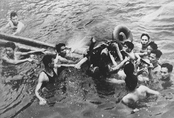 An airman being captured by Vietnamese in Truc Bach Lake, Hanoi in 1967.